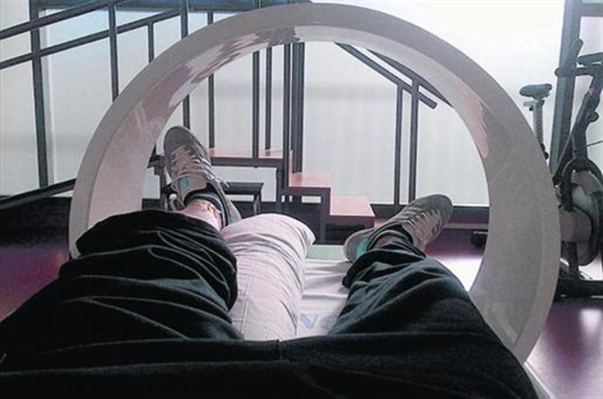 Villa fotografía sus piernas y la máquina, ayer.