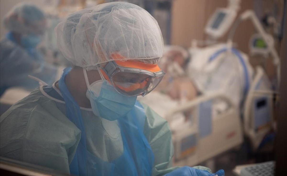 Atención a un paciente con covid en la uci del Hospital Clínic.