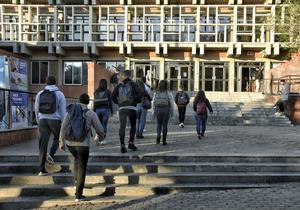 Estudiantes entrando en la UPC el dia que empieza una huelga indefinida de las universidades.