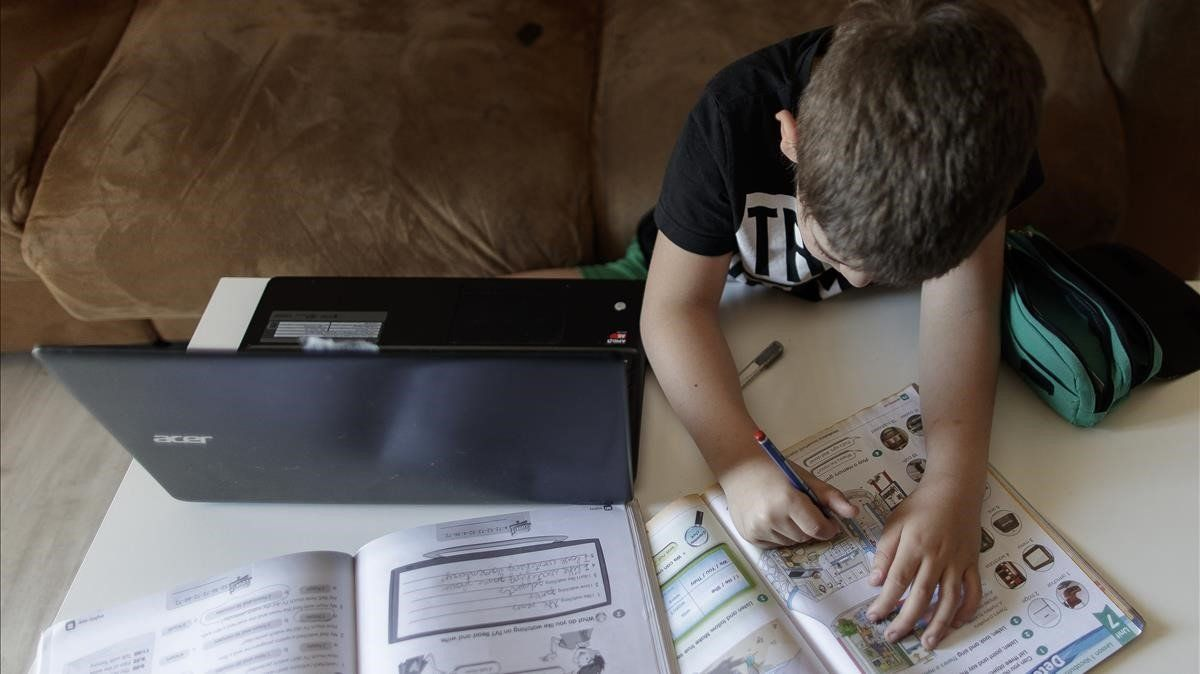 Les escoles afronten les quarantenes sense ordinadors portàtils