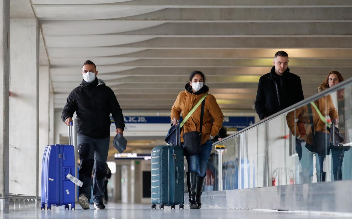 Pasajeros en el aeropuerto parisino de Charles de Gaulle.