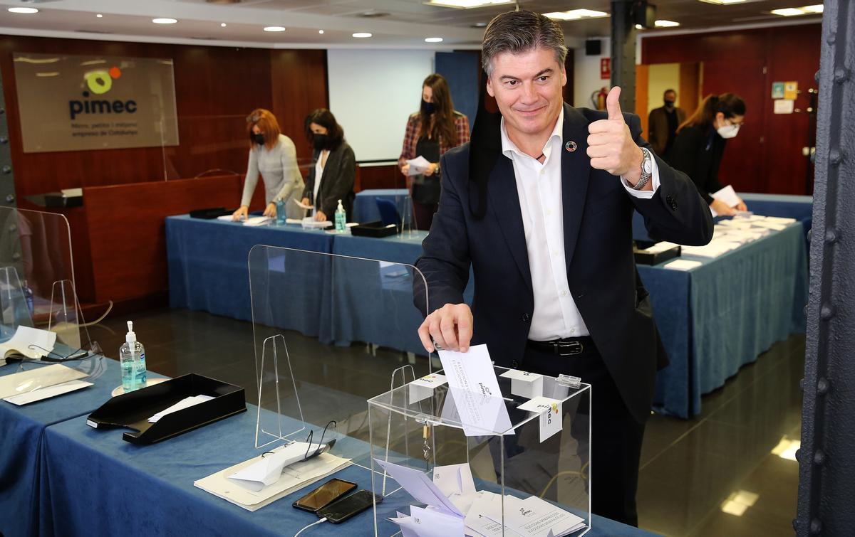 Antoni Cañete, candidato a presidir la patronal Pimec, vota en las elecciones.