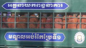 Opositores camboyanos son conducidos al tribunal que los juzga en Phnom Penh