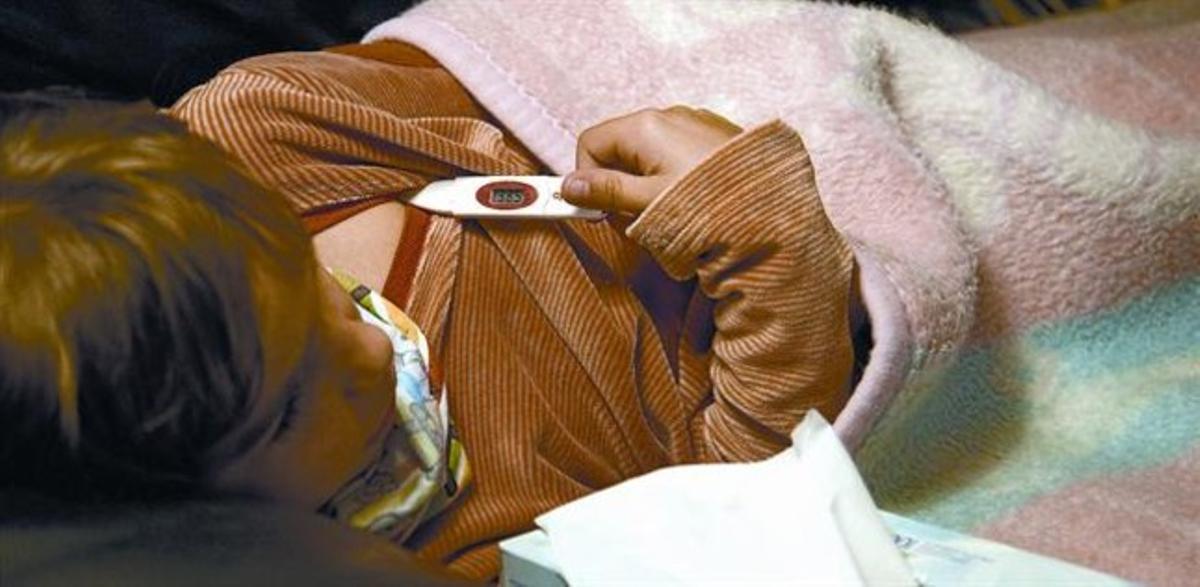 Un niño en la cama con gripe.