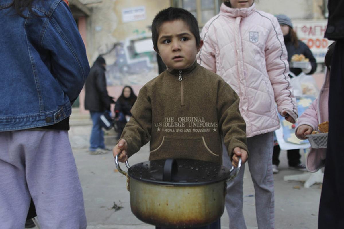Un niño, en un centro de beneficencia del centro de Grecia.