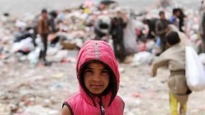 Un niño busca comida o cualquier cosa que se puedavender en un vertedero en la capital yemení Saná, que se encuentra en una situación de extrema pobreza