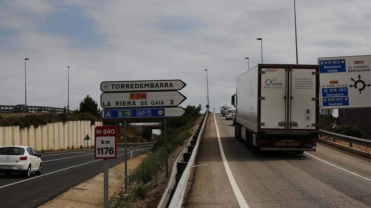 Un camión llegaa uno de los desvíos de la N-340 hacia la AP-7.
