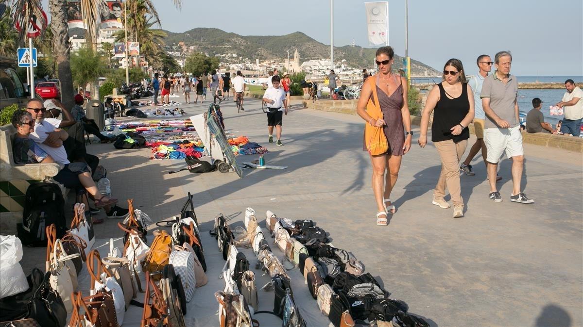 Zona del paseo marítimo de Sitges donde se instala el 'top manta'.