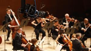 Una de las cámaras robotizadas instaladas en el auditori durante el concierto de la OBC, el pasado viernes.