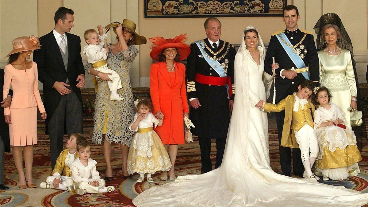 Imagen familiar tras la boda real entre el entonces príncipe Felipe y Letizia Ortiz en mayo del 2004.
