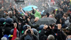 Protestas en Berlín contra los dirigentes por las medidas impuestas por el Covid 19