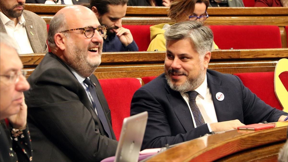 Los diputados de JxCat Eduard Pujol y Albert Batet, en un pleno del Parlament.