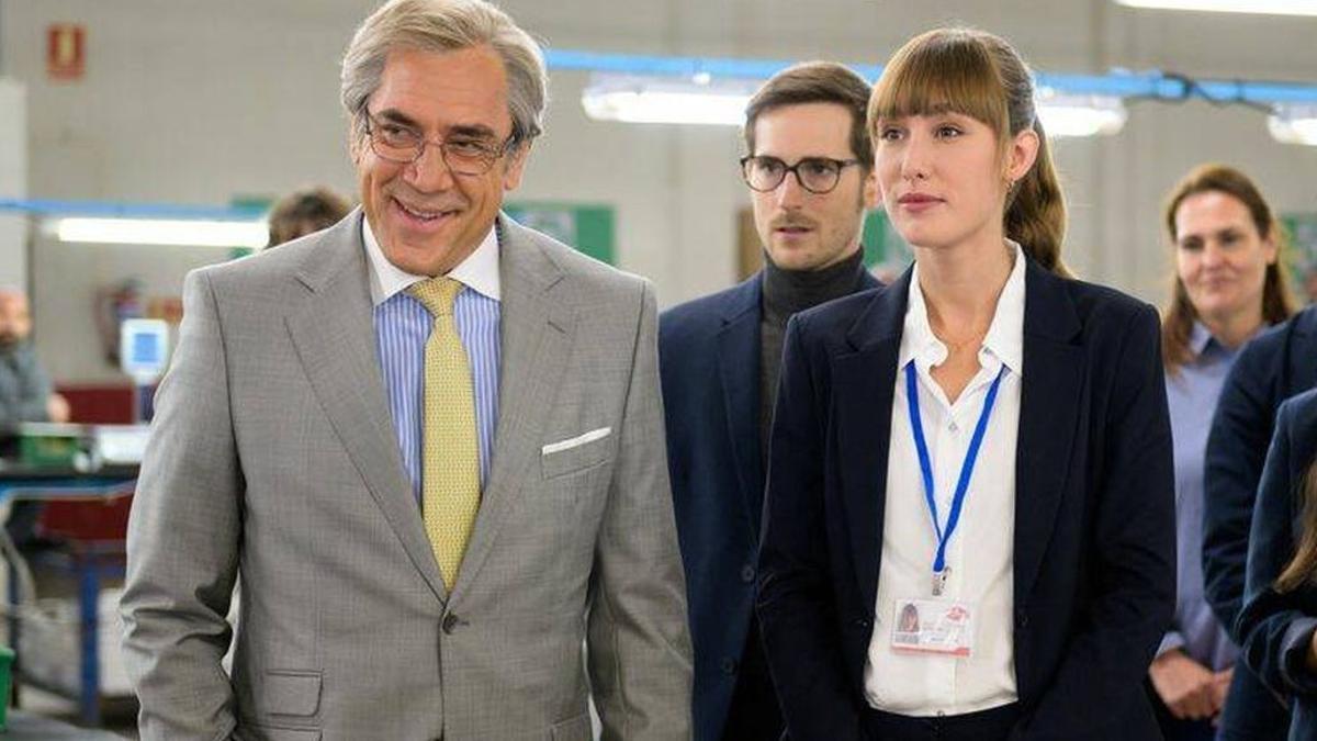 Javier Bardem y Almudena Amor, en un fotograma de 'El buen patrón', de Fernando León de Aranoa