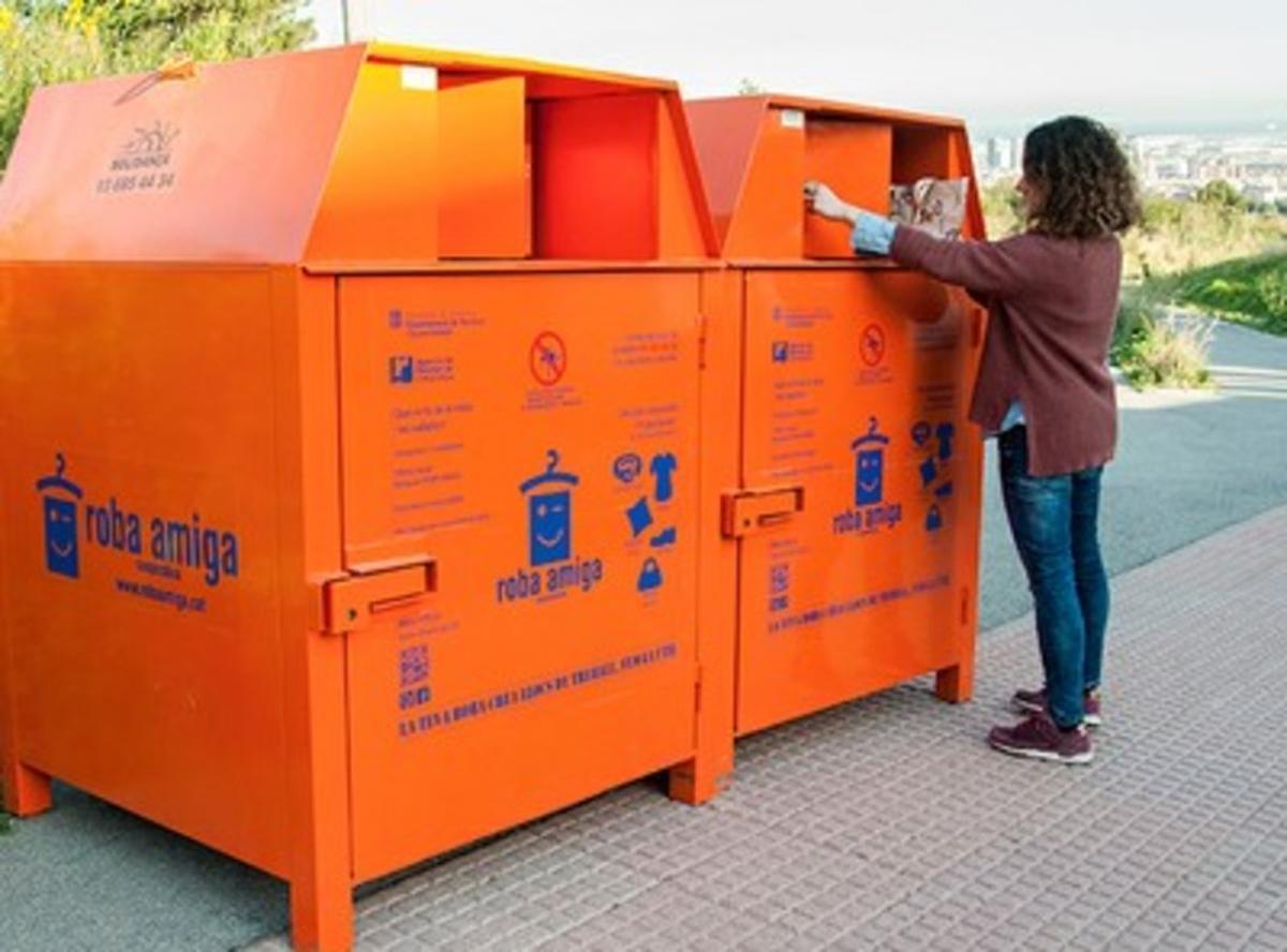 Contenedor para la recogida de ropa usada en Esplugues.