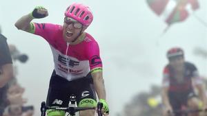Michael Woods triunfa en el Monte Oiz, en Vizcaya.