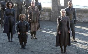 Tyrion (Peter Dinklage) y Daenerys (Emilia Clarke), con Lord Varys (Conleth Hill) entre ambos, detrás.