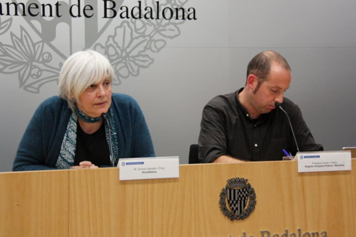 La alcaldesa de Badalona, Dolors Sabater, junto al concejal de Espacios Públicos, Francesc Duran, durante la rueda de prensa. FOTO: ACN.