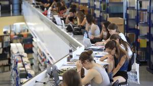 Estudiantes de la Universitat Autònoma de Barcelona (UAB) preparan exámenes en la biblioteca de Letras, el miércoles pasado.