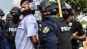 Acomiadaran dos policies als EUA per la mort d'una afroamericana