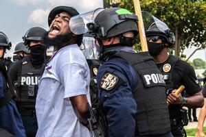 Uno de los manifestantes detenidos durante las protestas por el asesinato de la mujer afroamericana Breonna Taylor a manos de la Policía.