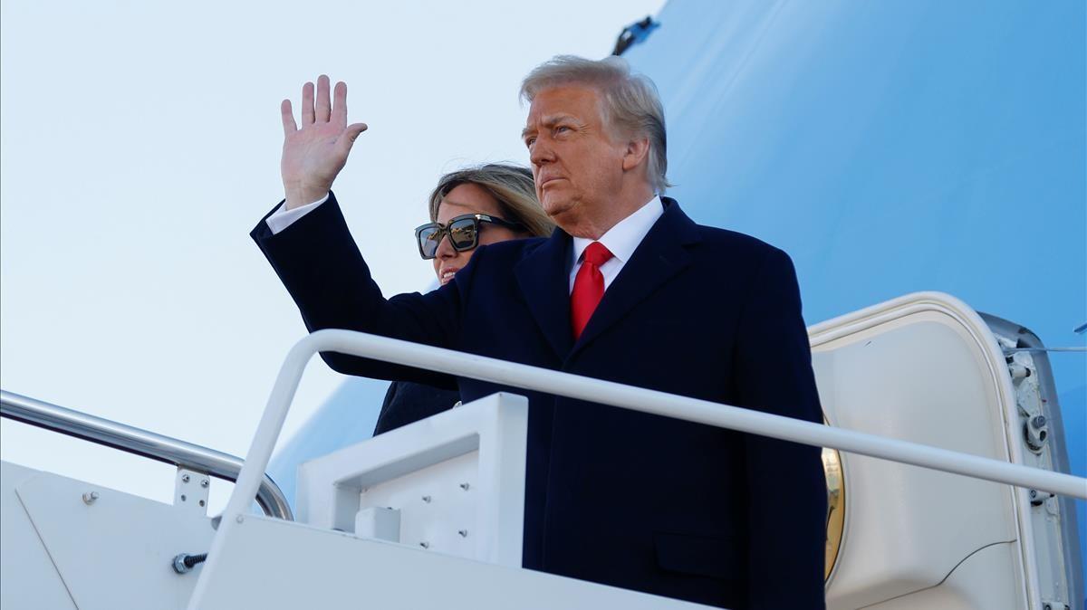 El Presidente Donald Trump acompañado de la primera dama Melania Trump se despide de la Casa Blanca, este miércoles.