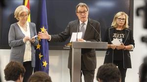 El expresidente de la Generalitat, Artur Mas, en rueda de prensajunto a la 'exconsellera' Irene Rigauy la exvicepresidenta Joana Ortega.