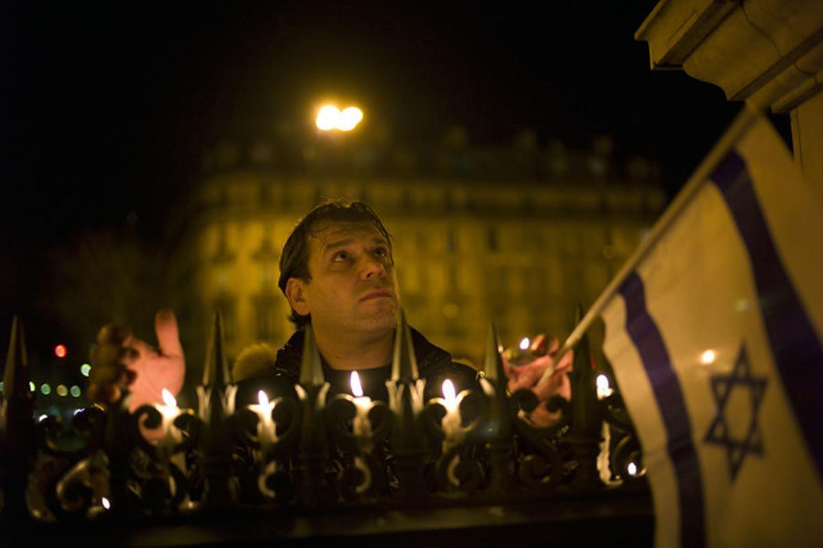 Un hombre participa en la vigilia en recuerdo a las víctimas de la escuela Ozar Hatorah de Toulouse, anoche en París.