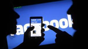 Un 'smartphone' muestra la aplicación de Facebook en su pantalla.