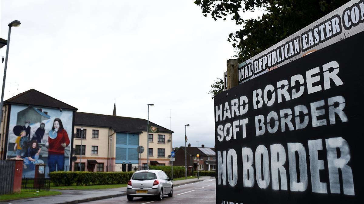 Un coche pasa ante un cartel contra el establecimiento de puestos fronterizos en Derry (Irlanda del Norte), el 16 de agosto.