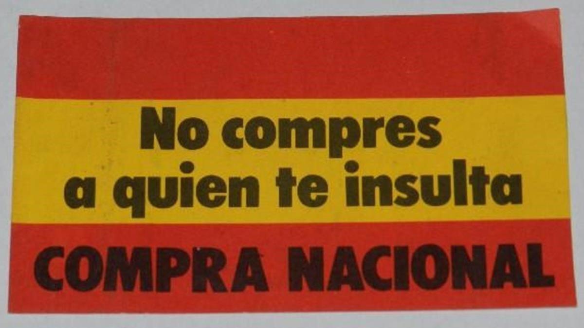 Pegatina franquista de 1975 con la bandera española y el lema No compres a quien te insulta. Compra nacional.