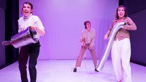 Las tres componentes del grupo Los Detectives, durante la representación.