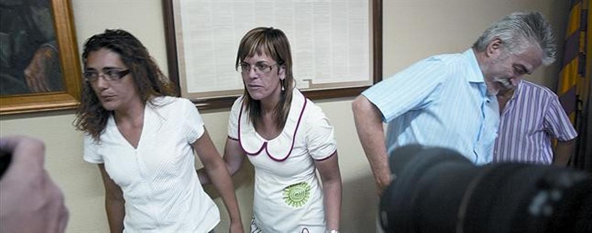 La concejala Sílvia Martínez (izquierda) y la alcaldesa, Judith Alberich, en el pleno en que se aprobó la prohibición del burka en Cunit, el 28 de junio.