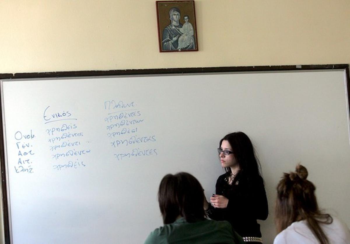 Varios alumnos en un aula de una escuela de Atenas.