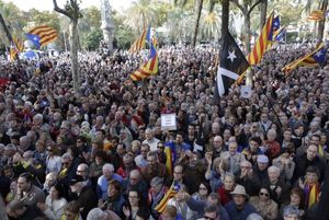 Multitud concentrada a les portes del Palau de Justícia per mostrar el seu suport al president Mas.