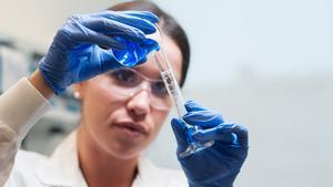 La investigadora Samantha Watt en uno de los laboratorios de Avicanna Inc. en Canadá. La presencia de mujeres en el campo de investigación no supera el 30 por ciento.