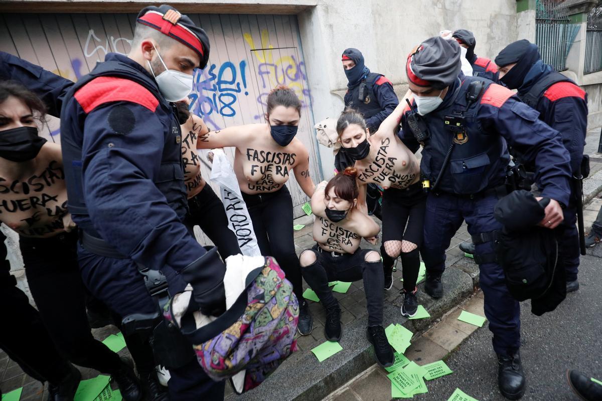 Activistas de femen siendo retiradas por los Mossos.
