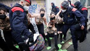 Cinc activistes de Femen protesten contra Garriga (Vox) davant el seu col·legi electoral