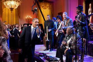 Obama canta 'Sweet Home Chicago' junto a B.B. King, durante un concierto en la Casa Blanca en el 2012.