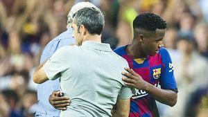 Valverde se saluda con Ansu Fati tras ser sustituido.