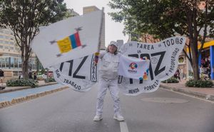 Un hombre reivindica la paz en Colombia en una protesta.