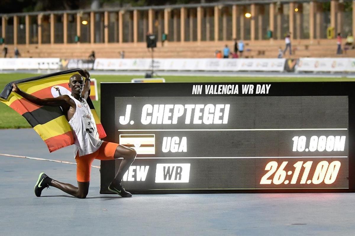 Cheptegei posa con el marcador electrónico que registra su nuevo récord mundial