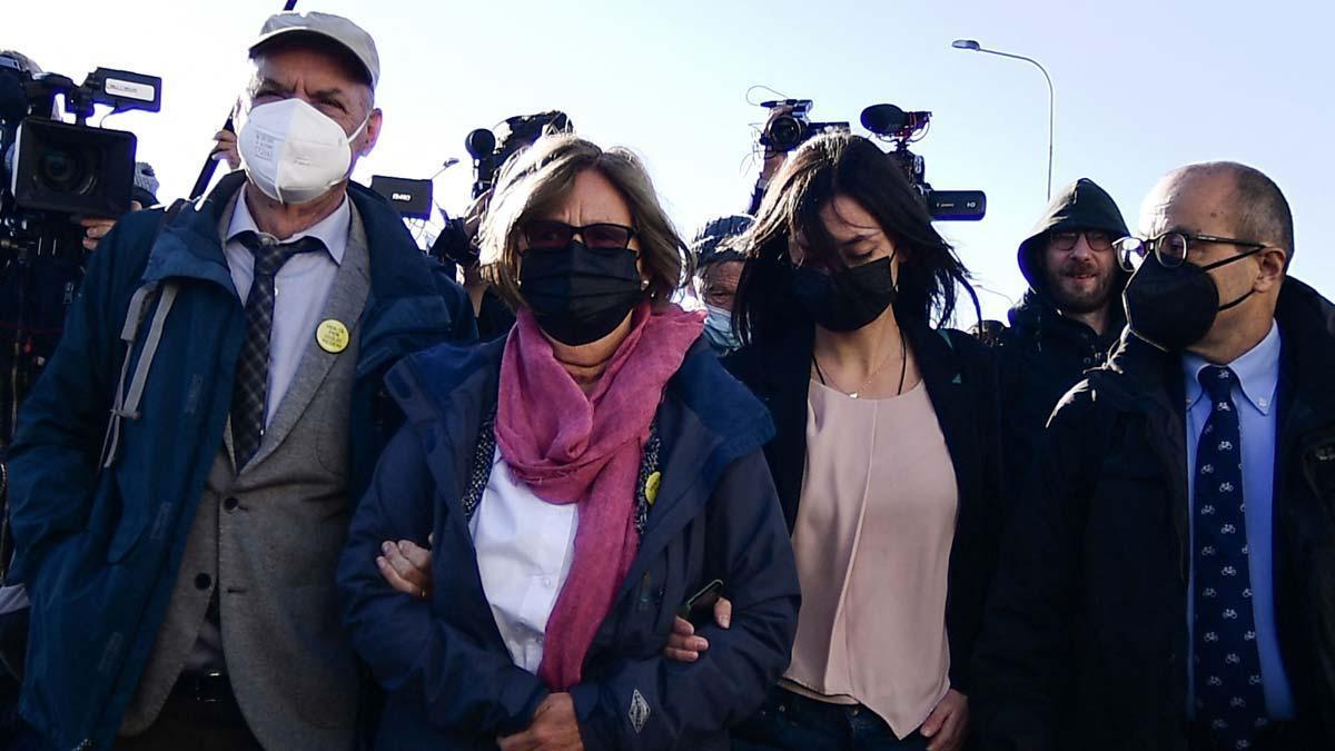 Los padres de Giulio Regeni (izquierda) y su hermana (derecha) llegando, este jueves, a los juzgados de Rebibbia para el juicio celebrado en Roma por el secuestro y asesinato del estudiante italiano.