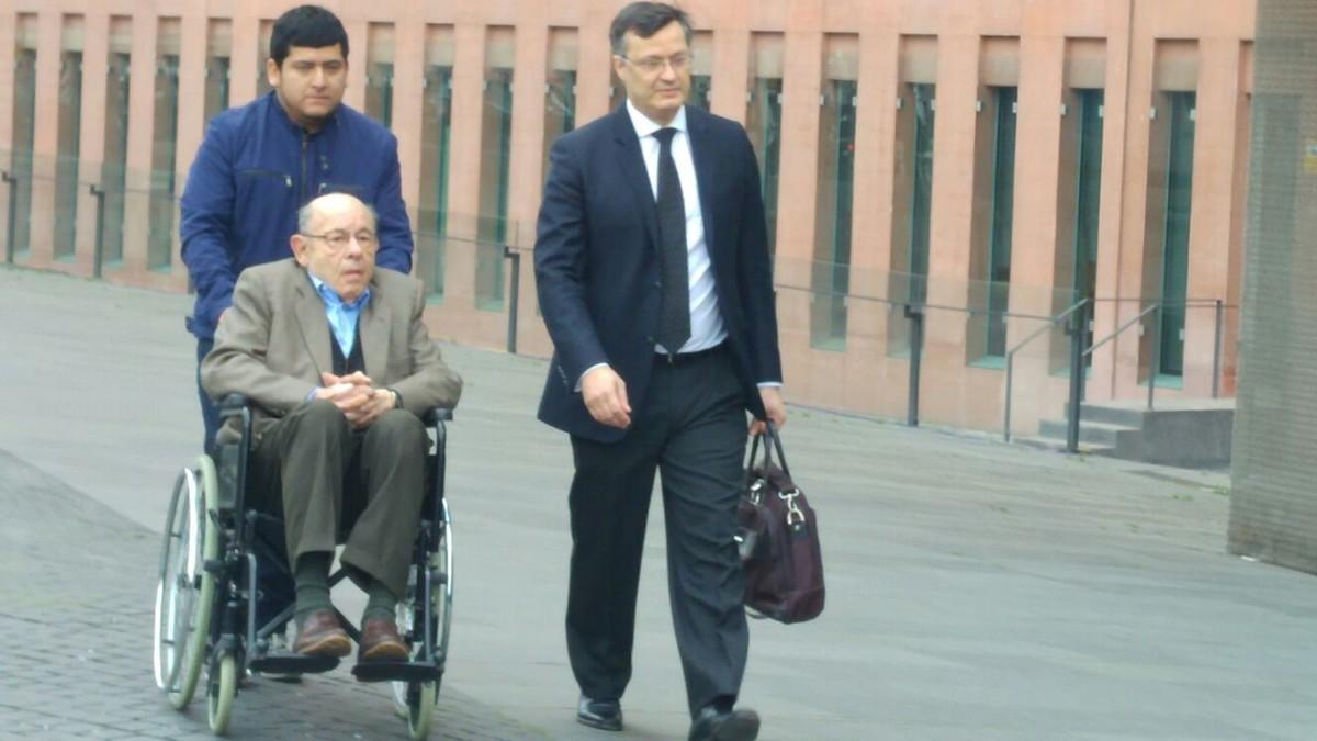 Fèlix Millet, en silla de ruedas, se dirige a la sede judicial.