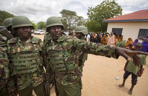 Soldats kenyans arriben al lloc de la matança.