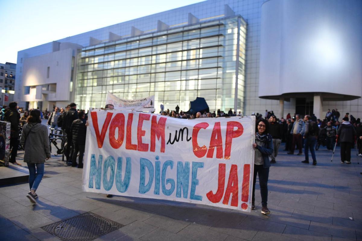 Vecinos del Raval protestan en defensa del CAP prometido, en abril del 2019.