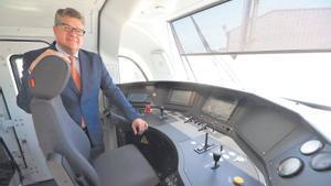Iñigo Parra, en la cabina de un tren fabricado en la planta de Albulxech