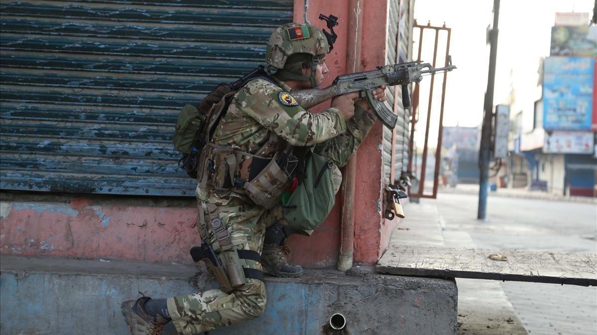 Un soldado afgano toma posiciones alrededor de la prisión durante de Jalalabad.