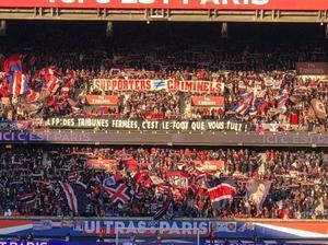 Los ultras del Paris SG acuden al entrenamiento para animar a los jugadores