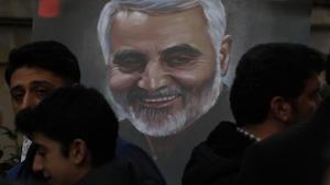 Memorial en recuerdo degeneralQasim Soleimani en el consulado iraní de Estambul.