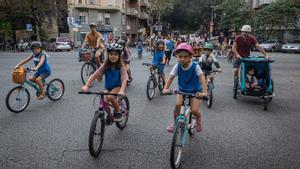 Niños y familiares en bicicleta, este viernes.